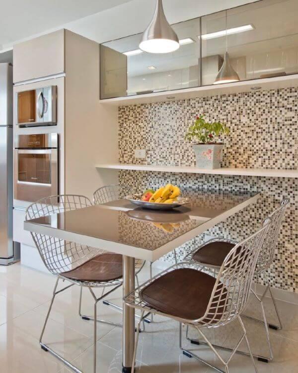 Armário de vidro na cozinha moderna com pastilhas na parede