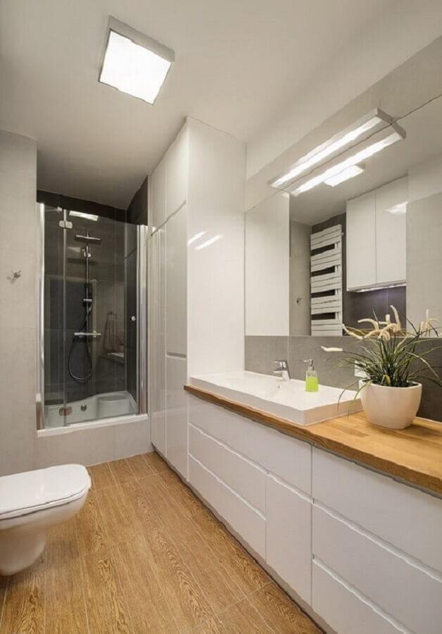 Armário planejado para decoração de banheiro pequeno com piso de madeira Foto Homebook