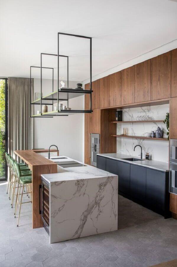Armários e bancada de madeira para decoração de cozinha planejada com ilha de mármore Foto Futurist Architecture