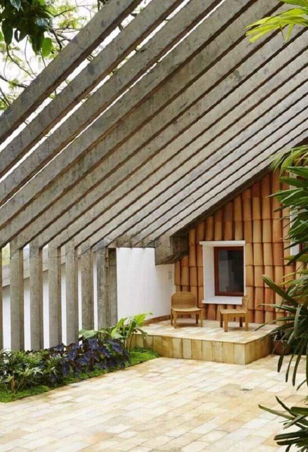 Arquitetura ousada com fachada com pergolado de concreto inclinado. Fonte: Decor Fácil