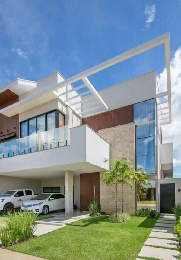 Arquitetura ousada com fachada com pergolado de concreto. Fonte: Decor Salteado