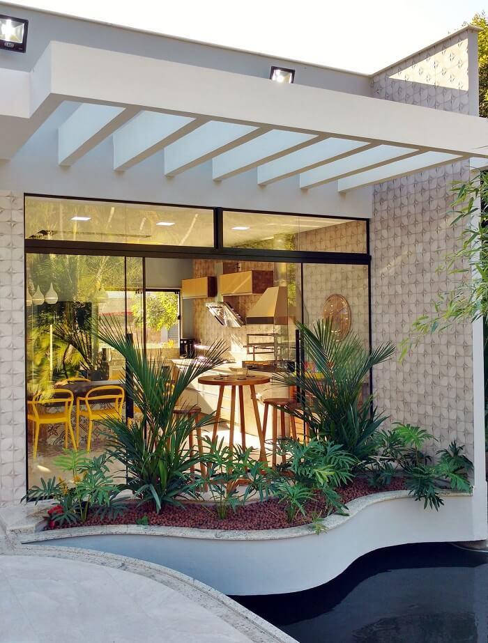 As vigas do pergolado de concreto facilitam o acesso da chuva e do sol sobre as plantas do jardim. Fonte: Agnaldo Mesquita