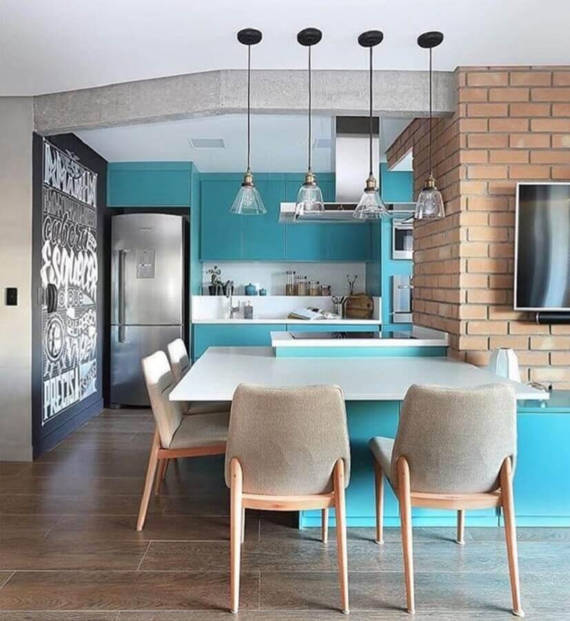Azul turquesa para decoração de sala e cozinha americana com parede de tijolinho Foto Quattrino Arquitetura