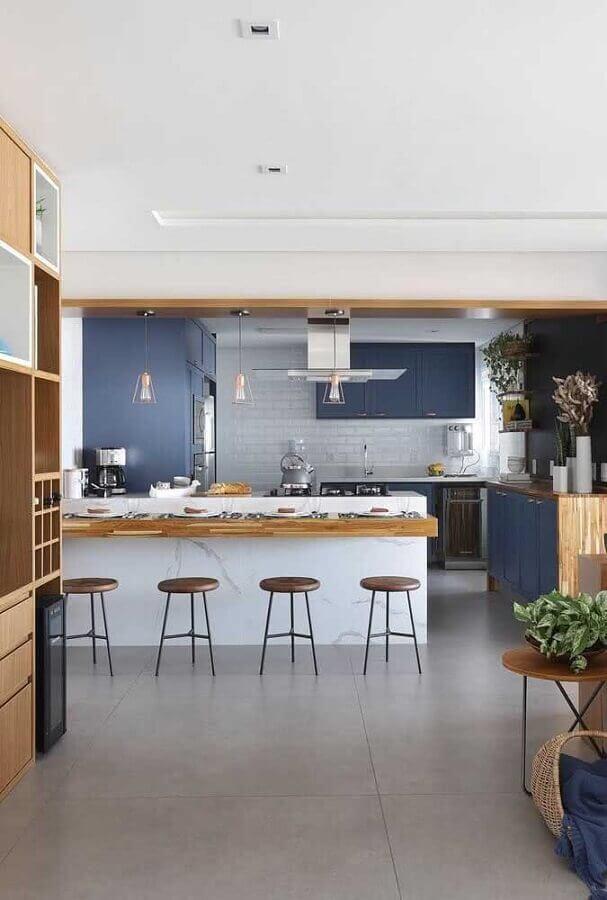 Bancada de madeira para ilha de mármore para decoração de sala e cozinha americana azul e branca Foto Bianchi e Lima Arquitetura