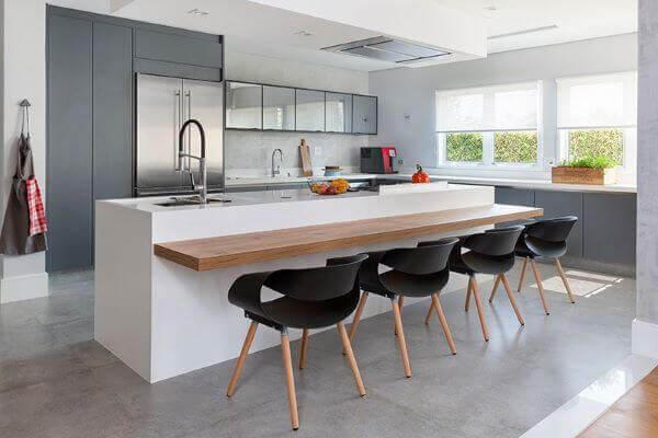 Bancada de quartzo branco para cozinha cinza clara e madeira