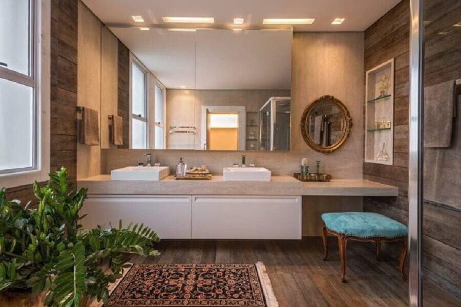 Bancada planejada com penteadeira para decoração de banheiro com piso de madeira Foto Izabela Dinelli
