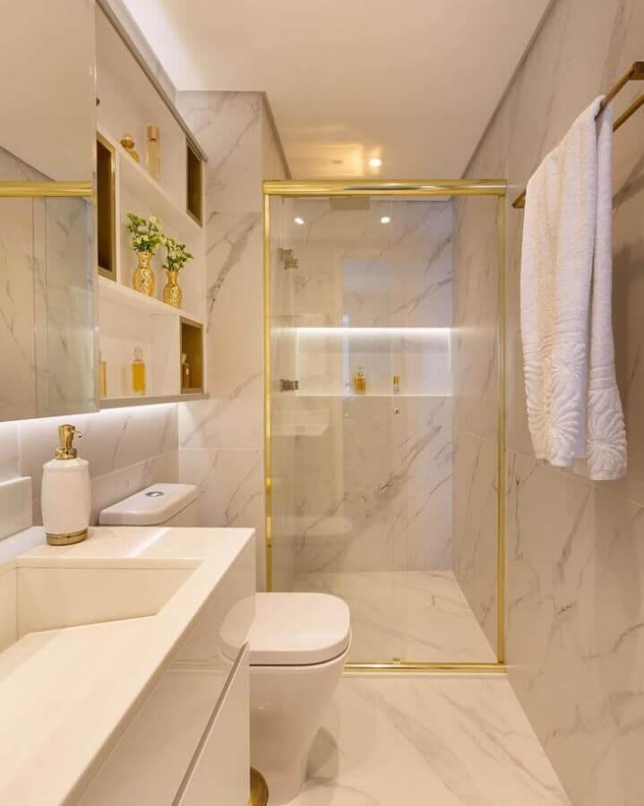 Banheiro bonito e pequeno de luxo decorado com mármore e detalhes em dourado de metais Foto Monise Rosa Arquitetura