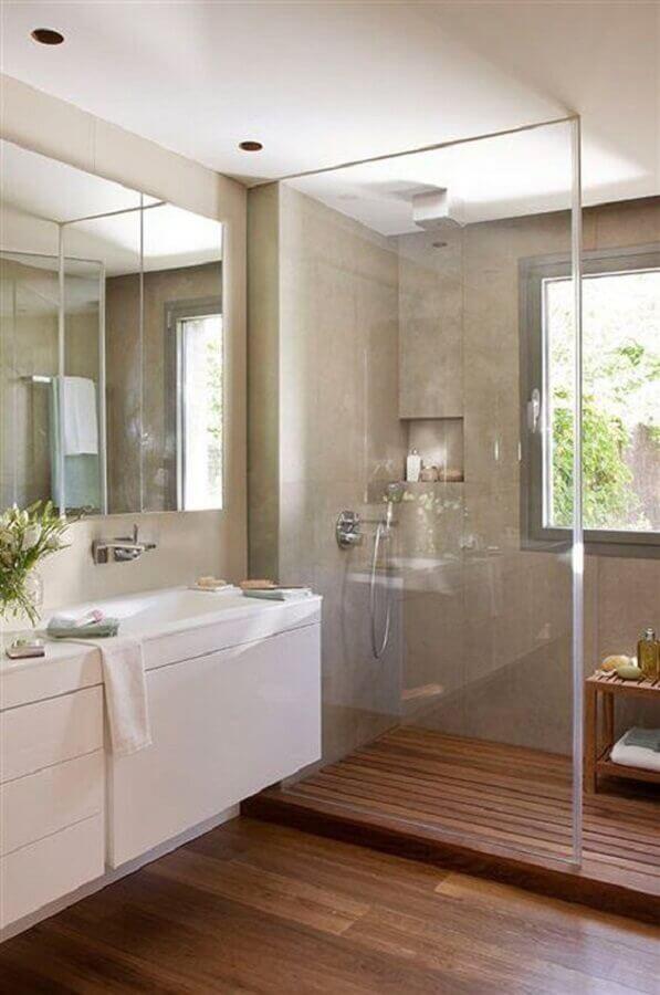 Banheiro com piso de madeira decorado com parede de cimento queimado Foto Casa e Jardim