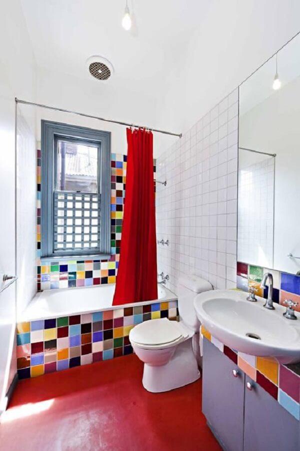 Banheiro com piso vermelho. Fonte: Nelson Alexander