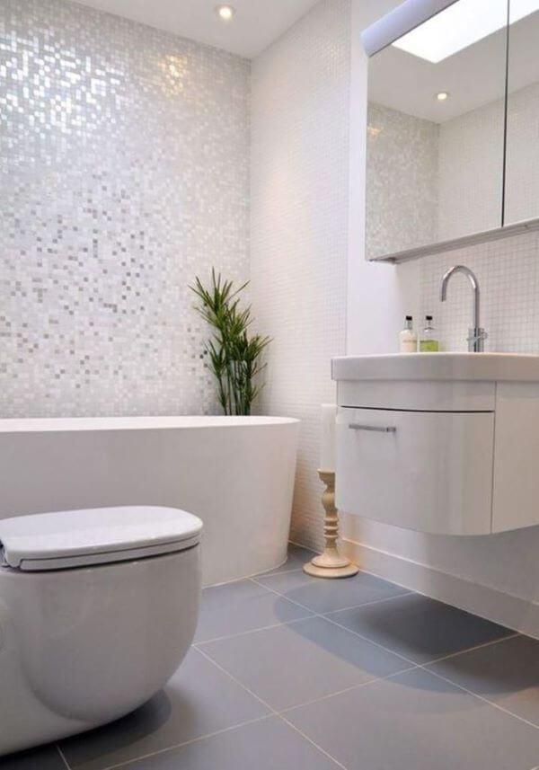 Banheiro com revestimento cor prata e branco