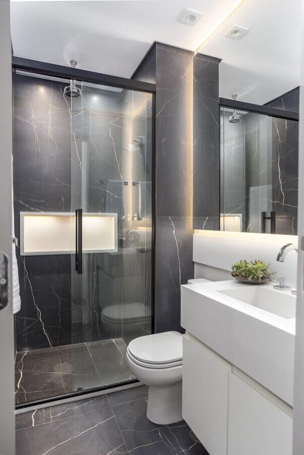 Banheiros pequenos e bonitos decorado com mármore cinza Foto Altera Arquitetura