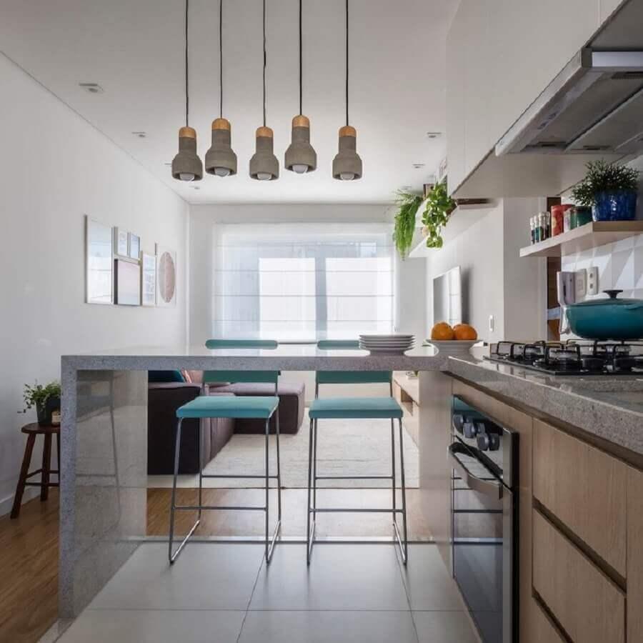 Banqueta azul para decoração de sala e cozinha americana integradas Foto SP Estúdio Arquitetura