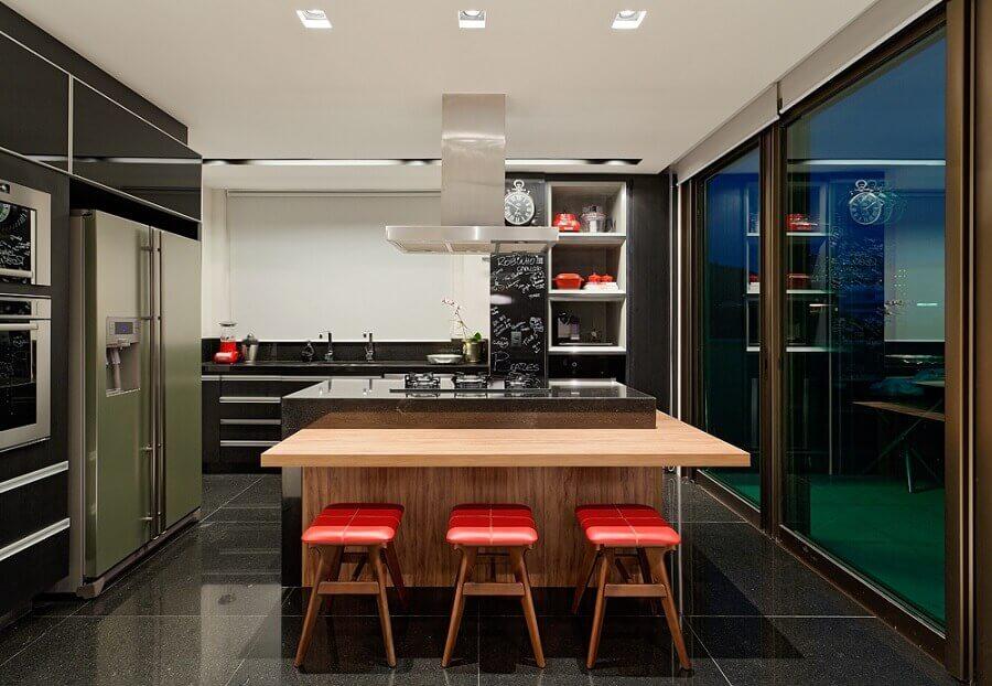 Banqueta baixa para decoração moderna de cozinha planejada com ilha no meio e bancada de madeira Foto LEDS Arquitetura