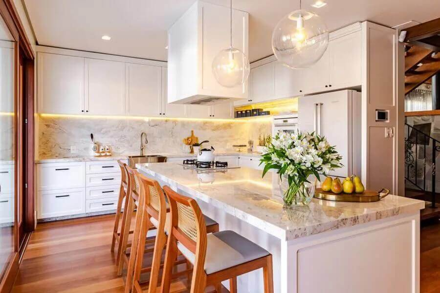 Banqueta de madeira para decoração clássica de cozinha planejada com ilha toda branca Foto Incomum Arquitetura Singular