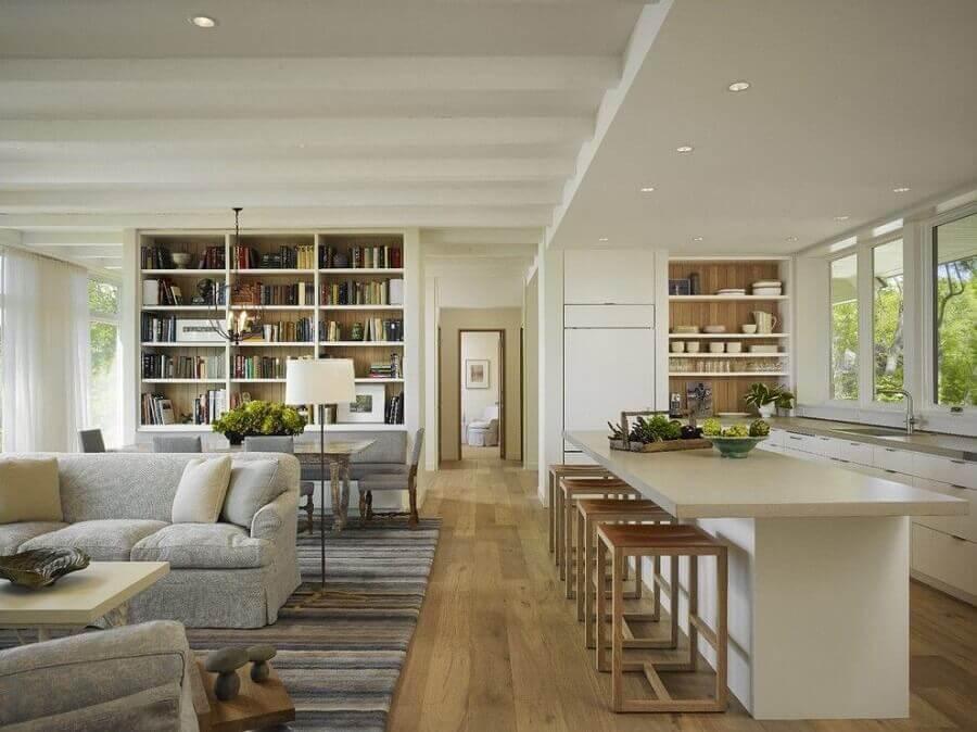 Banqueta de madeira para decoração de casa com sala e cozinha americana integradas Foto The Local Project