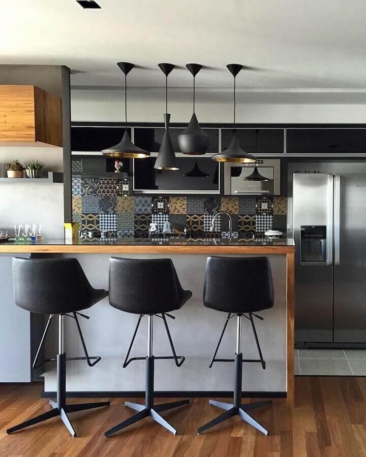 Banqueta preta para bancada de madeira para decoração de sala e cozinha americana Foto Semiramis Alice