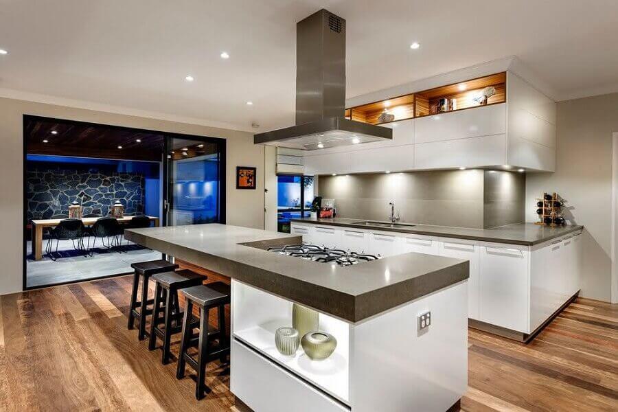 Banqueta preta para decoração moderna de cozinha planejada grande com ilha Foto Houzz
