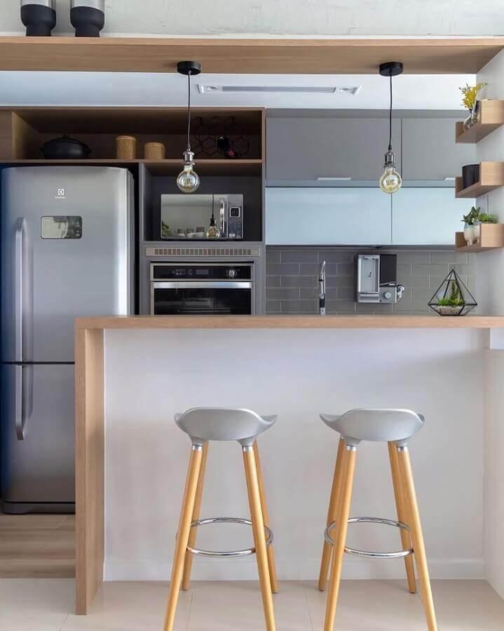 Banqueta simples para decoração de sala e cozinha americana pequena Foto Mari Bittencourt Arquitetura