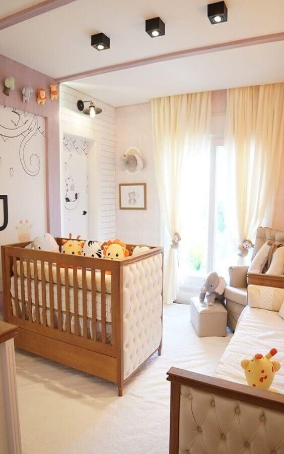 Berço de bebe de madeira com acabamento capitonê para decoração de quarto lúdico em cores claras Foto Grão de Gente