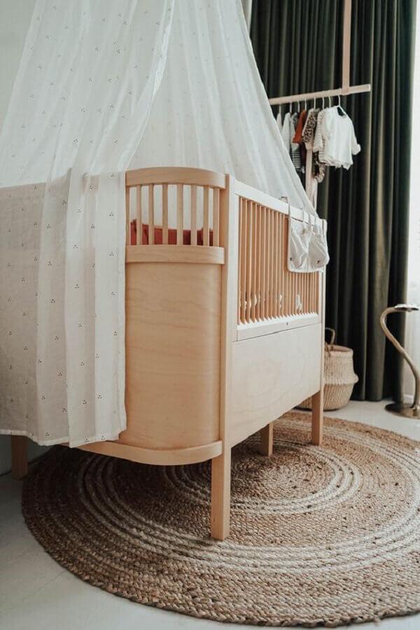 Berço de bebê de madeira para decoração de quarto com tapete redondo rustico Foto fonQ
