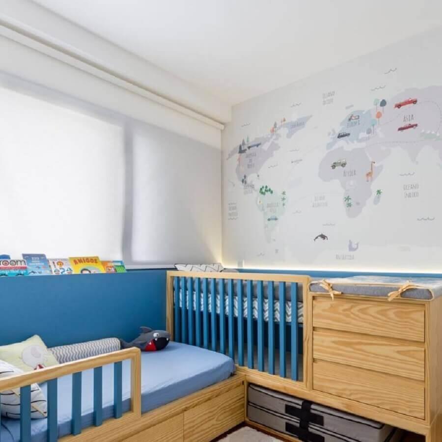Berço de madeira com gaveta e trocador para quarto de bebê azul e branco decorado com mapa na parede Foto UEBAA