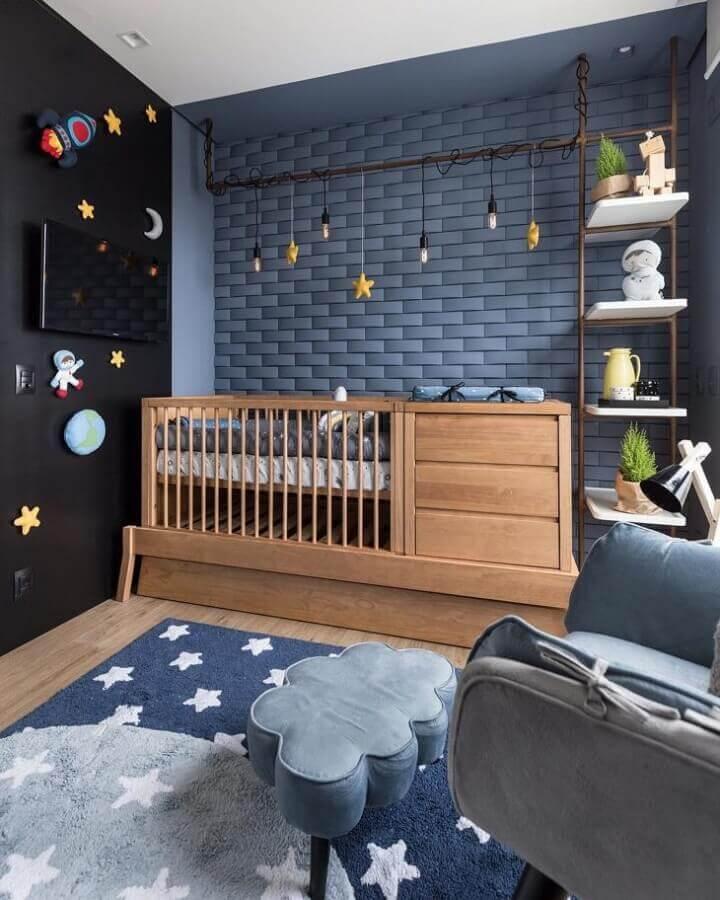 Berço de madeira com gaveta para quarto de bebê moderno decorado com parede azul e preta Foto Greisse Panazzolo