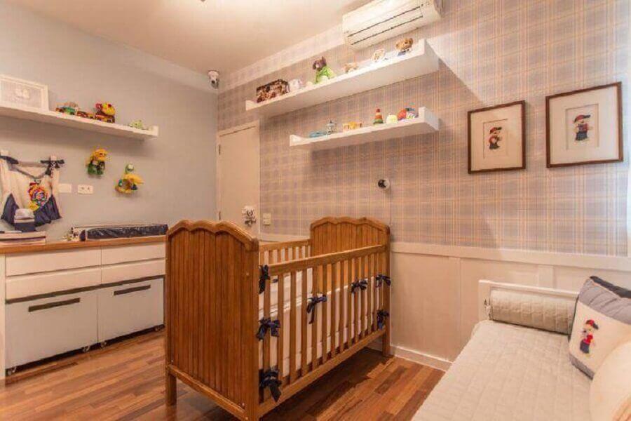 Berço de madeira para quarto de bebê azul e branco decorado com papel de parede xadrez Foto S12 Arquitetura