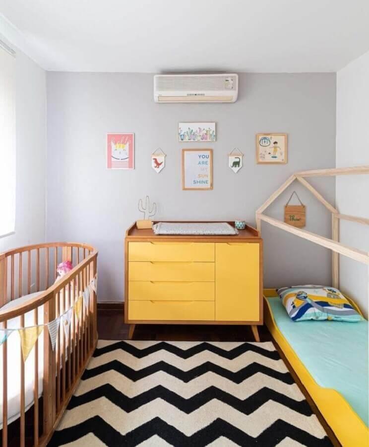 Berço de madeira para quarto decorado com cômoda amarela e cama montessoriana Foto Erika Urbino