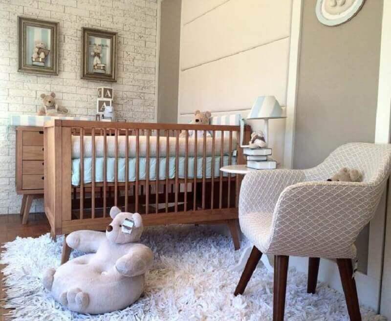 Berço de madeira simples para decoração de quarto de bebê com parede de tijolinho Foto Kids Concept