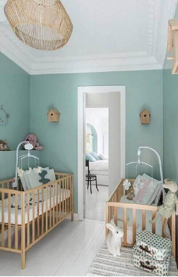 berço de madeira simples para decoração de quarto de gêmeos azul e branco  Foto Home Fashion Trend
