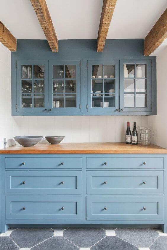 Buffet azul com armário de vidro aéreo