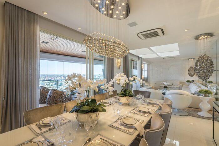 Buffet de luxo para sala de jantar espelhado. Fonte: Iara Kilaris