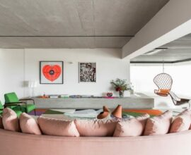 A primeira alteração no projeto foi a integração da varanda com a sala de estar. Foto: Studio Julliana Camargo