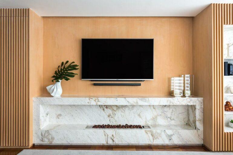 Rack para sala moderno marmorizado com lareira embutida. Fonte: Gabriela Casagrande