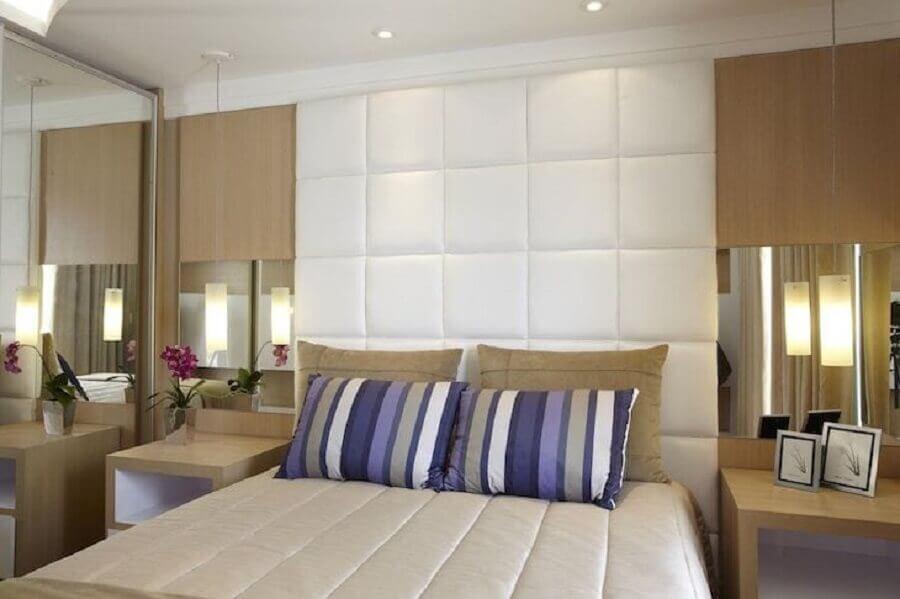 Cabeceira almofadada branca para quarto de casal decorado em cores neutras Foto Aquiles Nicolas Kilaris
