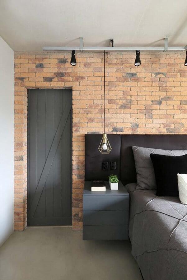 Cabeceira almofadada com criado mudo para quarto decorado com parede tijolinho e luminária pendente Foto SP Estúdio