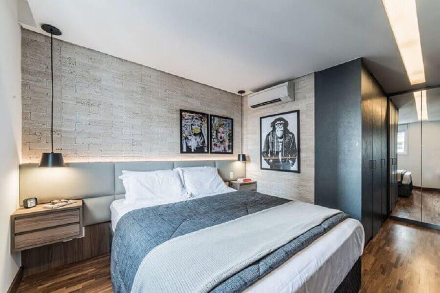 Cabeceira almofadada com criado mudo para quarto moderno decorado com papel de parede rustico Foto Pietro Terlizzi