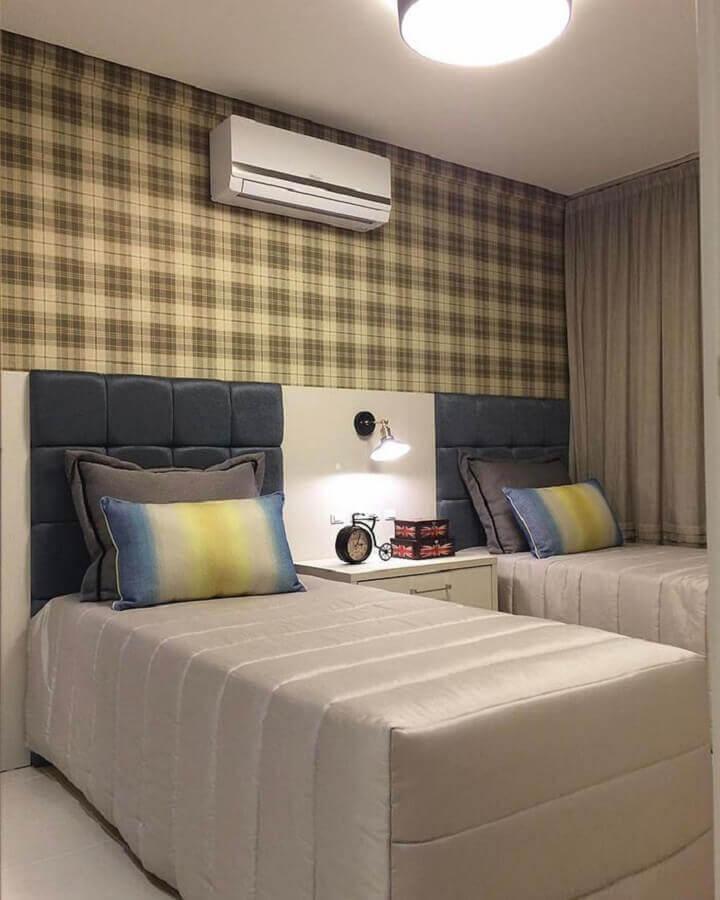 Cabeceira almofadada solteiro para decoração de quarto compartilhado com papel de parede xadrez Foto Decor Fácil