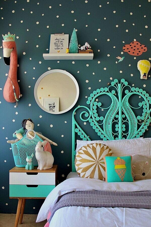 Cabeceira cor ciano para quarto infantil decorado com parede de bolinhas Foto Decor Fácil