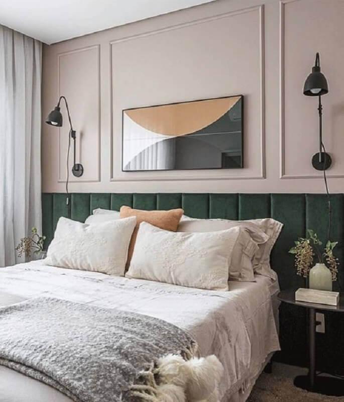 Cabeceira de cama box planejada verde para quarto decorado com boiserie Foto Arkpad