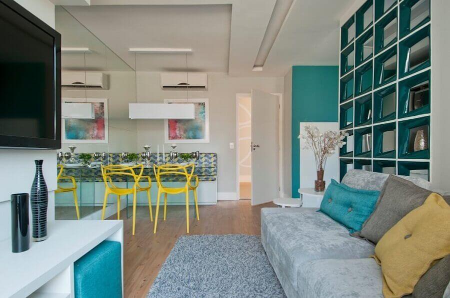 Cadeira amarela para decoração de sala de estar e jantar integrada azul e cinza Foto Adriana Fontana