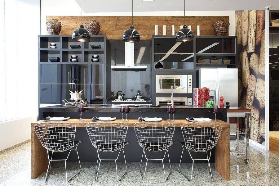 Cadeira aramada para bancada de madeira para decoração moderna de cozinha planejada com ilha Foto Grupo Factory