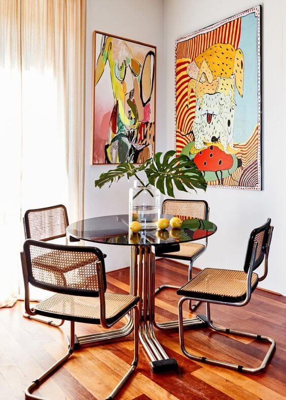 Cadeira cesca na mesa redonda e sala de jantar moderna