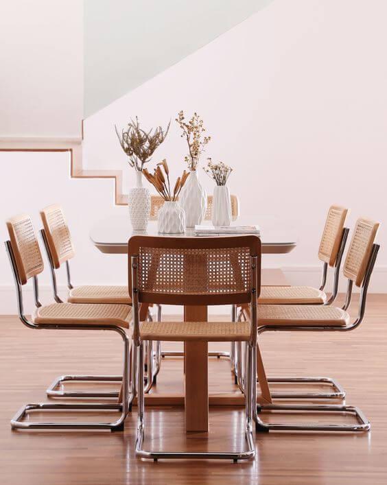 Cadeira cesca na sala de jantar de madeira moderna