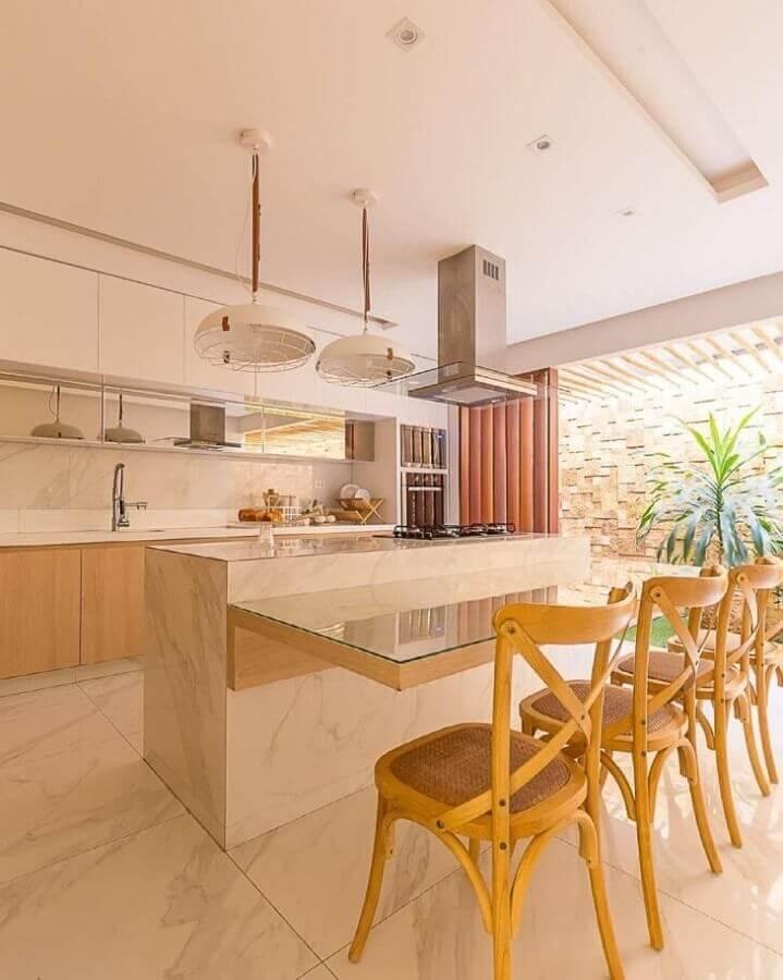 Cadeira de madeira para cozinha planejada com ilha no meio com decoração em cores neutras Foto Studio4