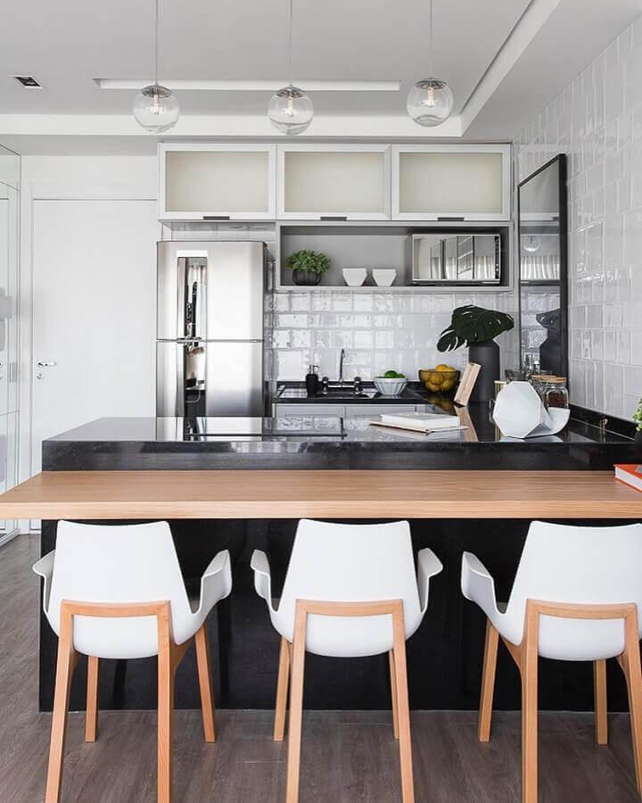 Cadeira de madeira para decoração de bancada de sala e cozinha americana pequena Foto Sesso e Dalanezi Arquitetura