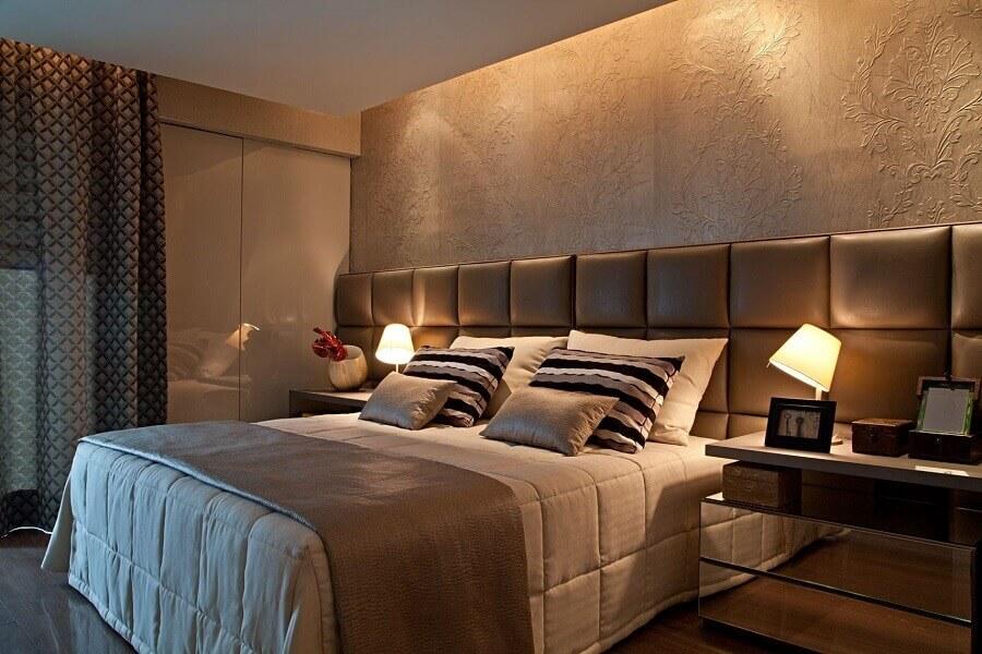 Cama com cabeceira almofadada de couro para quarto de casal decorado com criado mudo espelhado Foto Cabeceira Planejada