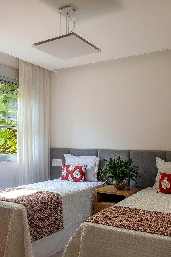 Cama com cabeceira almofadada para decoração de quarto de solteiro compartilhado Foto Mauricio Nobrega Arquitetura