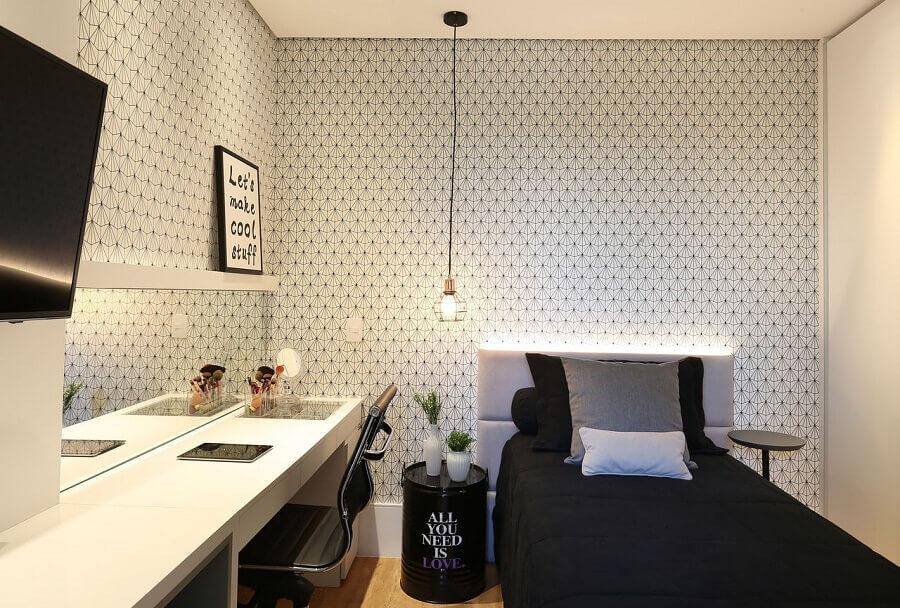 Cama com cabeceira almofadada solteiro para quarto decorado com papel de parede delicado Foto Belluzzo Martinhao