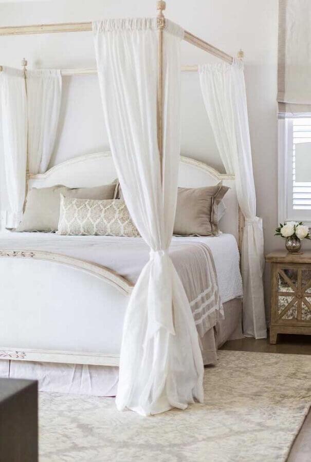 Cama com dossel e mosquiteiro para decoração de quarto de casal em cores claras Foto Apartment Therapy